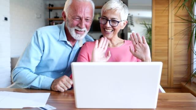 äldre par tala med familj över internet - mänsklig ålder bildbanksvideor och videomaterial från bakom kulisserna