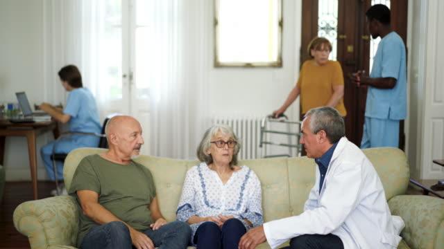 老人ホームで医者と話すシニアカップル - 介護点の映像素材/bロール