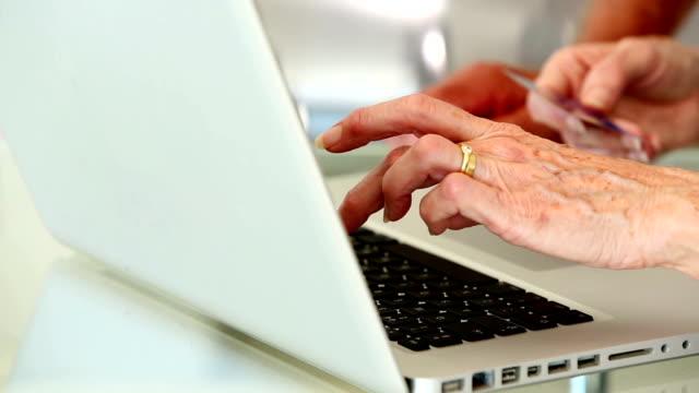Altes Paar mit laptop zum online-shop – Video