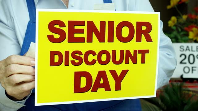 seniorenermäßigung store sign - poster stock-videos und b-roll-filmmaterial