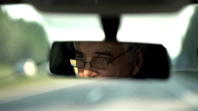 Senior, conduire une voiture - Vidéo