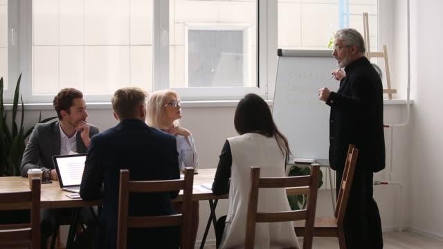 senior executive leader coach moderator spricht bei der präsentation - dozenten stock-videos und b-roll-filmmaterial