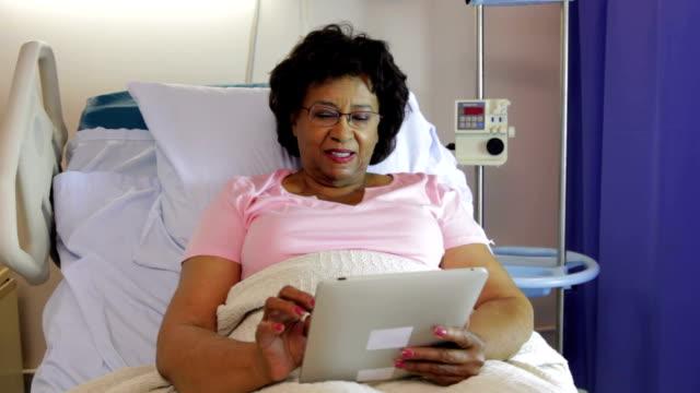 Mujer Senior en Hospital cama con tableta Digital - vídeo