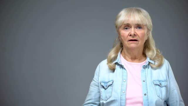 vídeos y material grabado en eventos de stock de senior mujer sorprendió con malas noticias, anciana asustada, las emociones negativas - geriatría