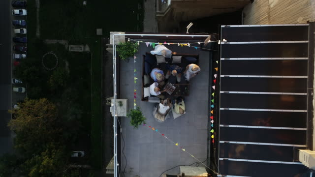 senioren freunde auf rooftop party - dachgarten stock-videos und b-roll-filmmaterial