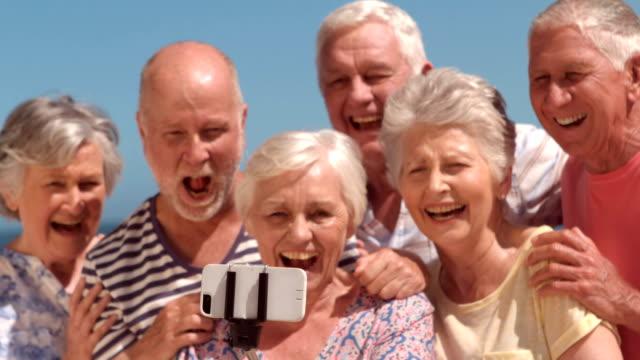senior vänner tar selfie - aktiva pensionärer utflykt bildbanksvideor och videomaterial från bakom kulisserna