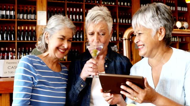 Senioren Freunde mit digital-Tablette mit cocktail 4k – Video
