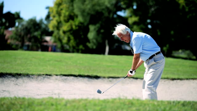 Caballero Senior jugando Golf - vídeo