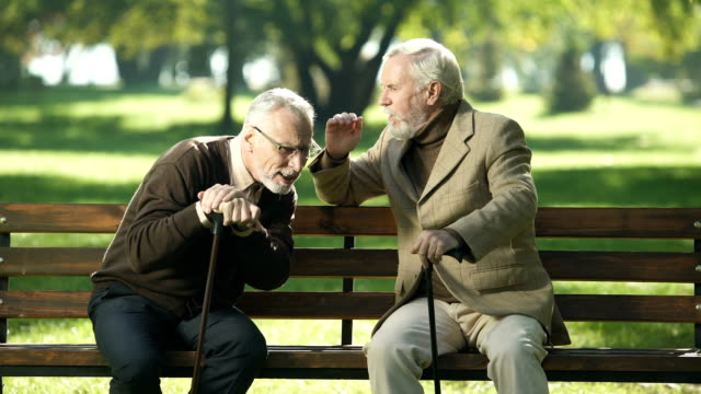 vídeos de stock, filmes e b-roll de senhores sênior, falar com um amigo velho deficiência auditiva, problemas de saúde - surdo