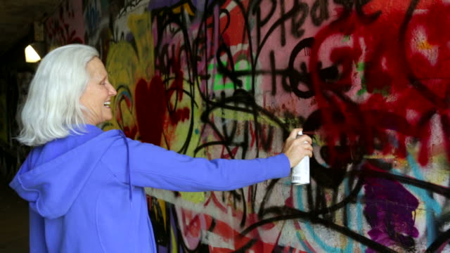 senior graffiti - unkonventionell stock-videos und b-roll-filmmaterial