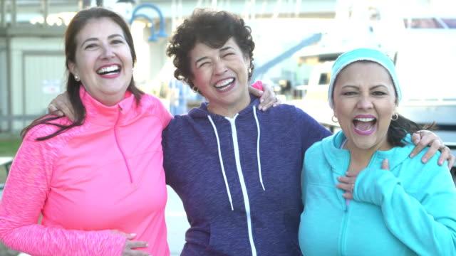 vídeos y material grabado en eventos de stock de mujer y amigos hispanos mayores sonriendo a la cámara - sudadera
