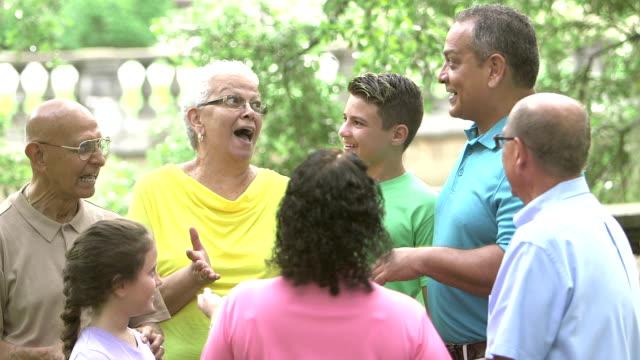 Senior-Hispanic Frau im Gespräch mit ihr mehr-Generationen-Familie – Video