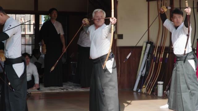 年上の日本人アーチャー取ること彼のショット - 武道点の映像素材/bロール