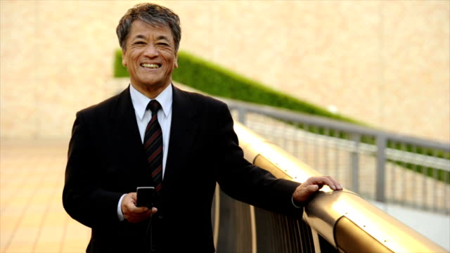 シニア日本の実業家のテキストメッセージ - ビジネスマン 日本人点の映像素材/bロール