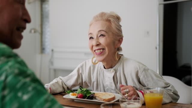 Senior Japans paar savoring ontbijt en goed gezelschap video