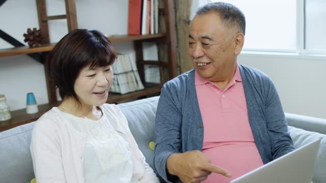 上級日本語カップルのラップトップを使用して - 老夫婦点の映像素材/bロール