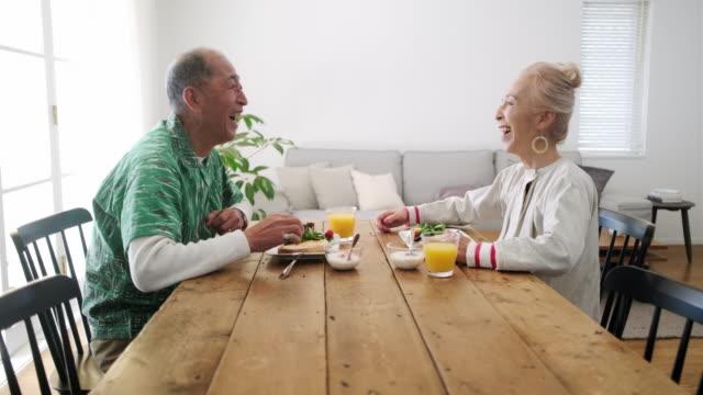 vidéos et rushes de femme japonaise aînée appréciant le petit déjeuner avec son mari - seulement des japonais