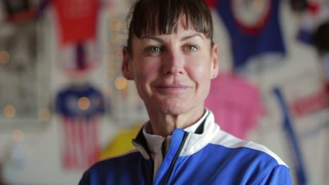 senior lady cyclist portrait - 50 54 lata filmów i materiałów b-roll
