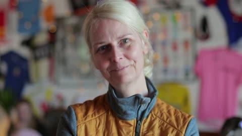 vidéos et rushes de portrait du cycliste senior dame - portrait