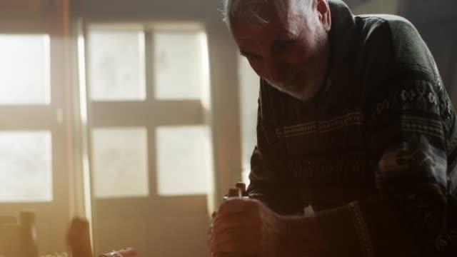 vídeos de stock, filmes e b-roll de sênior masculino carpinteiro trabalhando - consertador