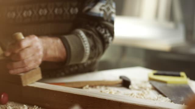 Senior masculino carpintero trabajando - vídeo