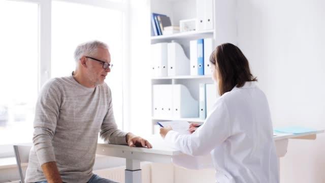 年配の男性、病院で会った医者 - 処方箋点の映像素材/bロール