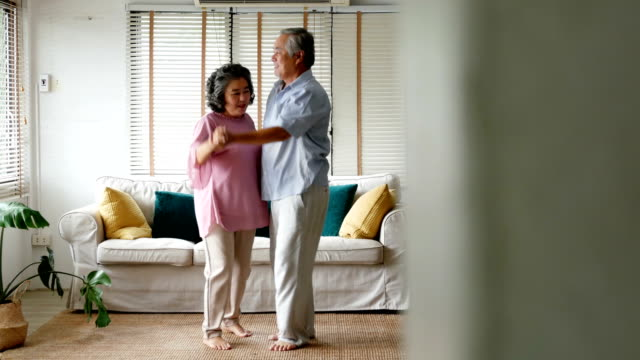 vídeos de stock e filmes b-roll de senior man and woman dancing together at home. senior people with relax time at home. - alzheimer