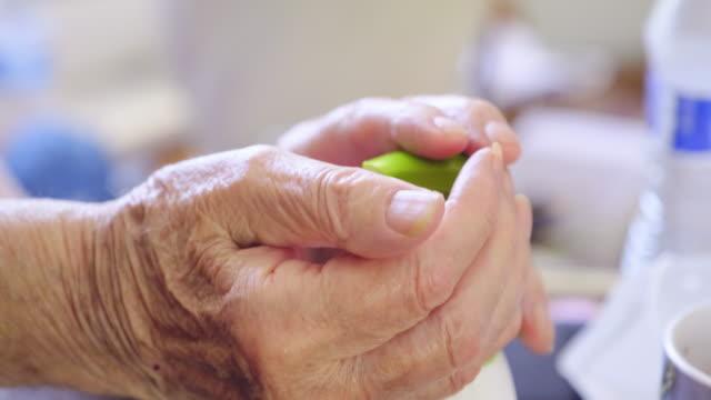 vídeos y material grabado en eventos de stock de hombre mayor aplicando mano sanitzier - hand sanitizer