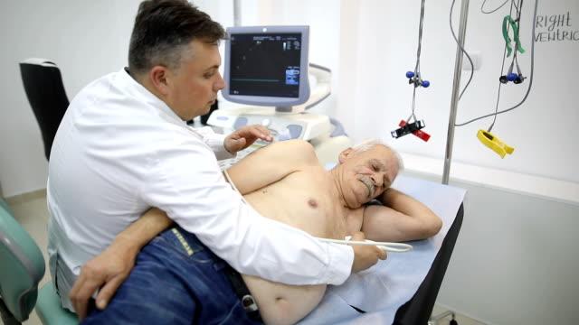 vídeos de stock e filmes b-roll de senior man at doctor's office - sistema cardiovascular