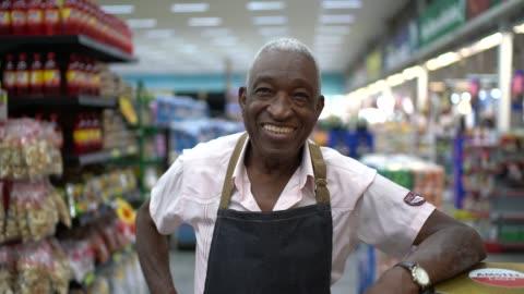 vidéos et rushes de propriétaire d'entreprise homme senior / employé de supermarché - portrait