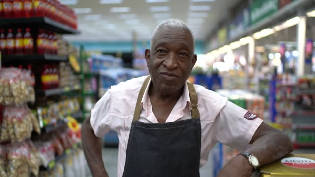 vídeos de stock e filmes b-roll de senior man business owner / employee retail - supermarket worker