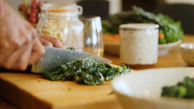 vídeos de stock, filmes e b-roll de homem sênior que corta a lga em casa - vegetarian meal