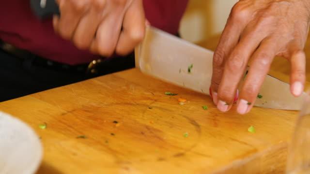 vídeos de stock, filmes e b-roll de homem sênior que corta o radish em casa - vegetarian meal