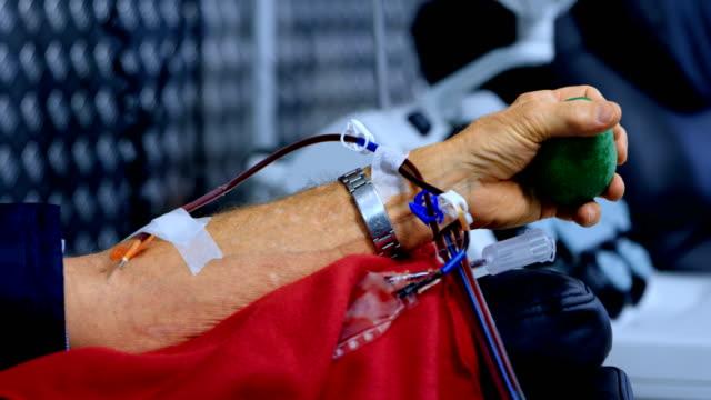 vídeos de stock, filmes e b-roll de último homem doando sangue no banco de sangue 4k - diálise