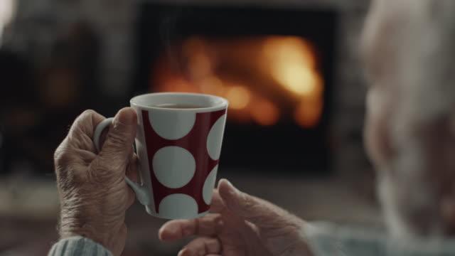 vidéos et rushes de café potable d'homme aîné - boisson chaude
