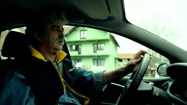 Senior homme au volant d'une voiture - Vidéo