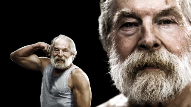 starszy człowiek dostosowuje - napinać mięśnie filmów i materiałów b-roll