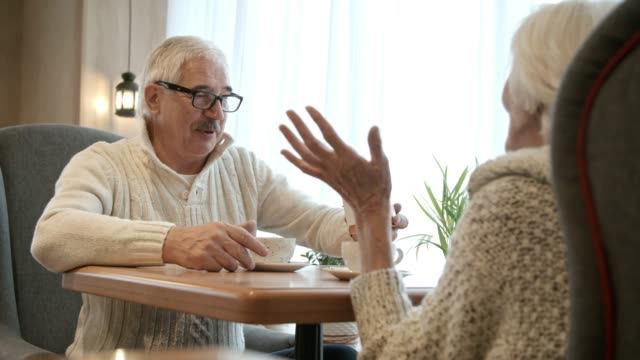 年配の男性がカフェで女性に贈り物 ビデオ