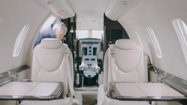 プライベート ジェット機航空機で年配の男性 ビデオ