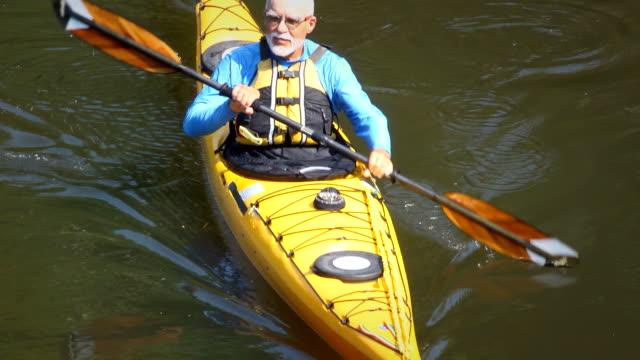 Senior homme en kayak dans la Nature-HA - Vidéo