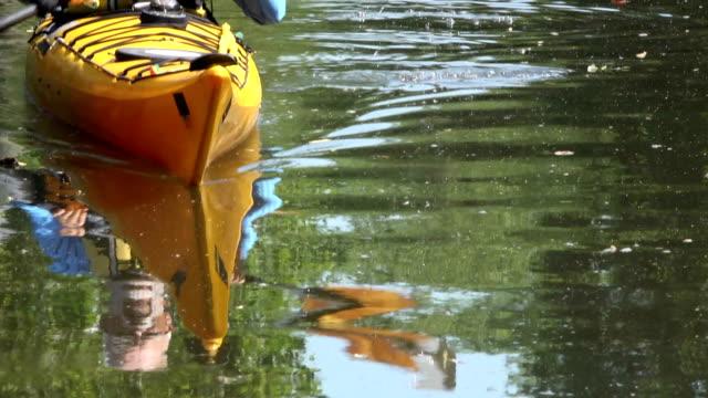 Senior homme en kayak dans la Nature - Vidéo