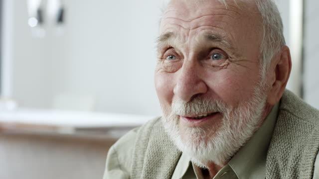 senior mannen lyssnande finansiell rådgivare i vardagsrum - pensionärsmän bildbanksvideor och videomaterial från bakom kulisserna