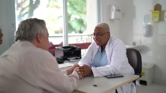 uomo anziano su appuntamento medico - ambulatorio medico video stock e b–roll