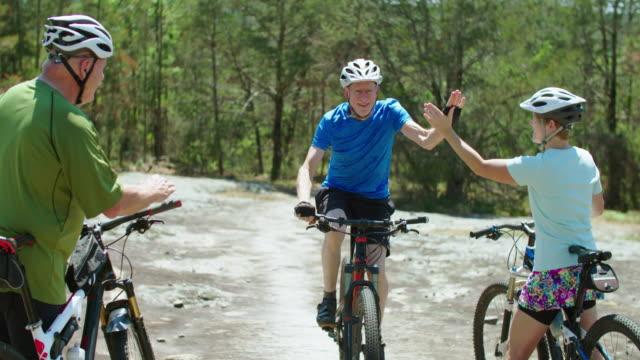 vídeos y material grabado en eventos de stock de senior hombre en bicicleta de montaña - felicitar