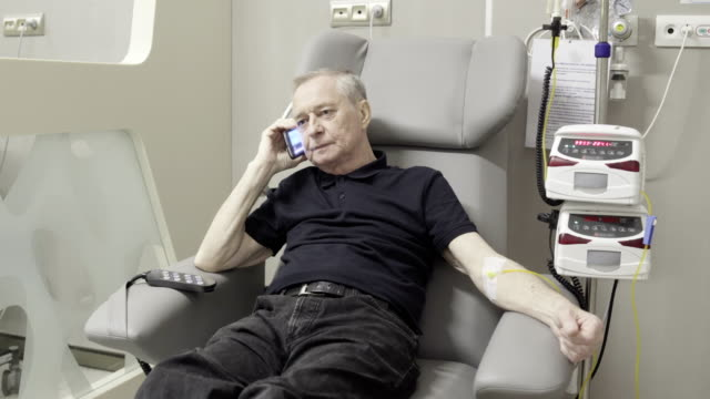 vídeos de stock e filmes b-roll de senior man passing chemotherapy in the hospital - chair