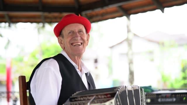 vídeos y material grabado en eventos de stock de senior hombre tocando acordeón - oktoberfest