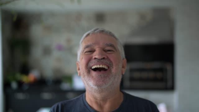senior man portrait at home - uśmiechać się filmów i materiałów b-roll