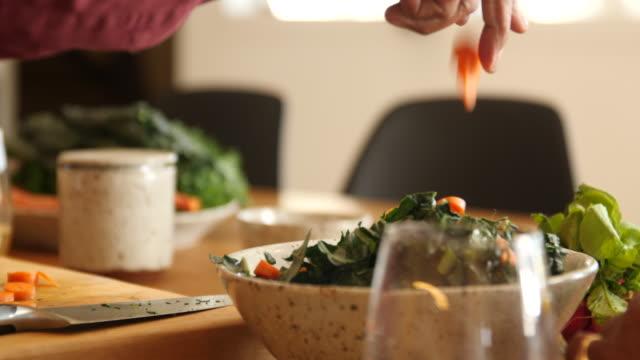 vídeos de stock, filmes e b-roll de homem sênior que prepara a salada na cozinha em casa - vegetarian meal