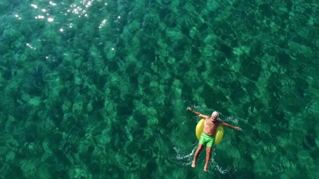 Entspannende Senior Woman im Ozean – Video