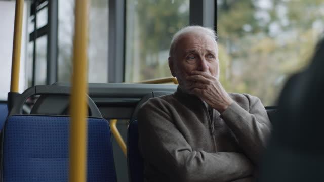Senior-Mann fährt in einem Bus – Video